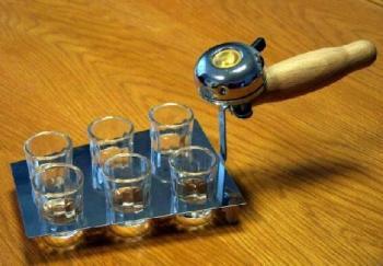водката е сервирана и звъниш, за да дойде компанията