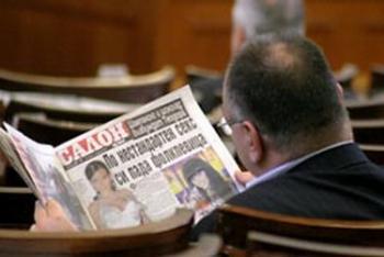 нестандарният депутат Кузов чете важни нестандартни неща в парламента снимка: в-к Новинар