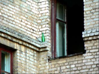 отивам на прозореца, да глътна малко въздух