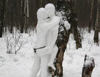 Снежна скулптура в любовния ден