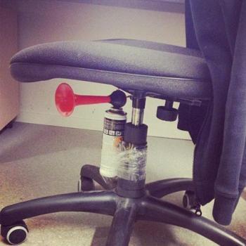 Изненадай колега в офиса