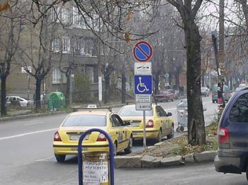 Изглежда таксиметровите шофьори са инвалиди...