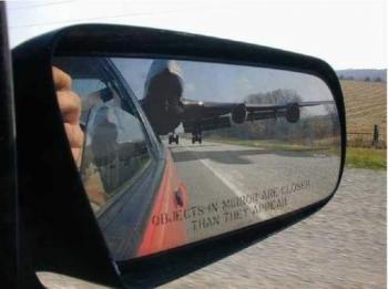 Надписа на огледалото: Обектите в огледалото са по-близки отколкото изглеждат