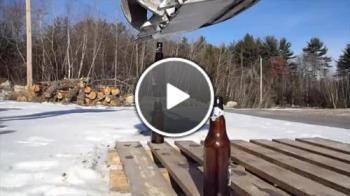 Подреждане на бирени шишета с багер