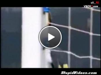 Гола фенка вкарва гол по време на мач