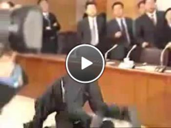 Вижте как японските политици си разчистват сметките