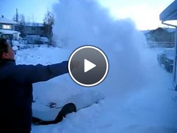 Жена хвърля чаша вряла вода при - 30 градуса