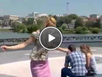 Руска репортерка падна във фонтана