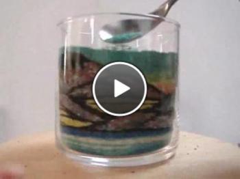 Странен начин за създаване на рисунки в стъклена чаша
