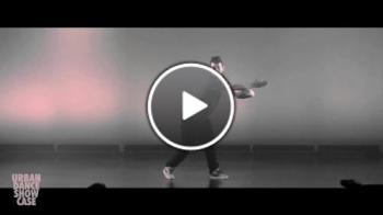 Танцьор показва невероятна гъвкавост