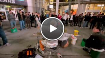 Уличен барабанист и професионалист на улицата