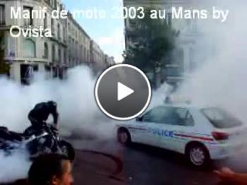 Моторист прави бърнаут пред полицията