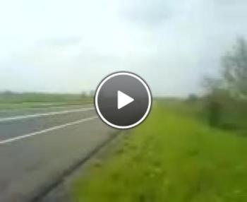 Полицай се опитва да спре Ferrari