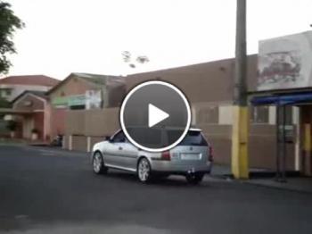 Просто няма да повярвате кой кара колата
