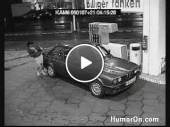 Жена се бори с маркуча на бензиновата колонка