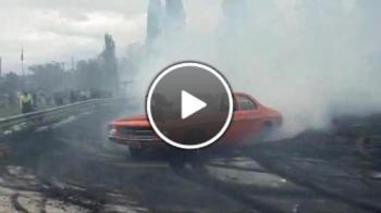 Машина която пали здраво гумите